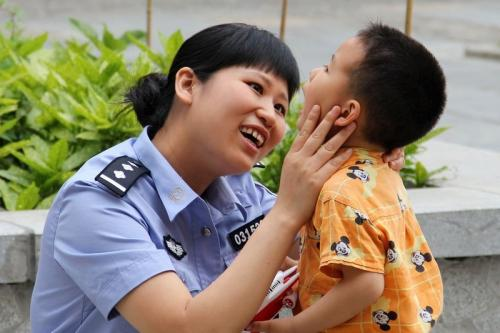 现代名人:女警蒋晓娟哺乳灾后婴儿:蒋晓娟